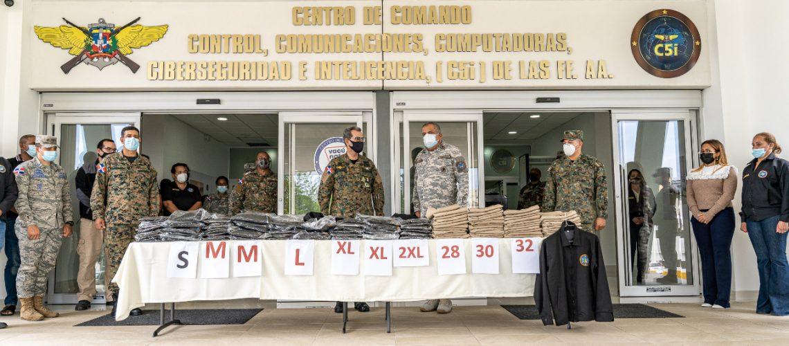 entrega nuevos uniformes al personal militar y civil C5i 2